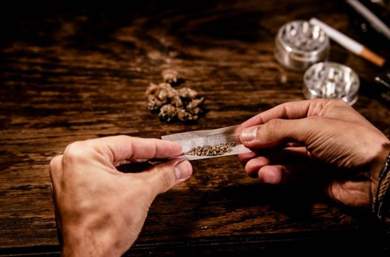 חשוד בעבירות סמים? 5 כללים לבחירת עורך דין